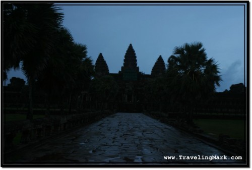 Photo: Causeway Before Angkor Wat Can Only Be Seen This Free From Tourists At Night